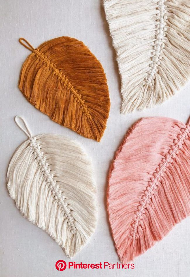 33 Beginner DIY Macrame Craft & Project Ideas That are Easy and Fun | Feather diy, Macrame patterns tutorials, Macrame feathers