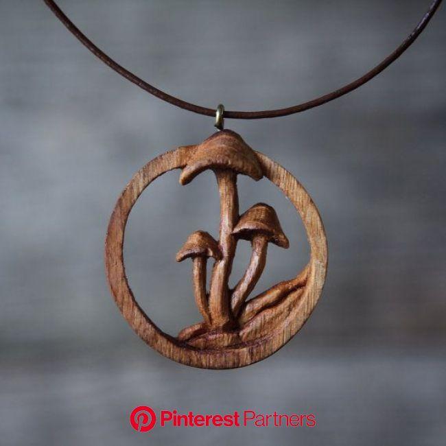 Handgeschnitzte Eiche Pilz Anhänger / Holzkette  Handgeschnitzte Eiche Pilz Anhänger / Holzkette  #Anhänger #Eich… | Wood jewelery, Wooden necklace, W