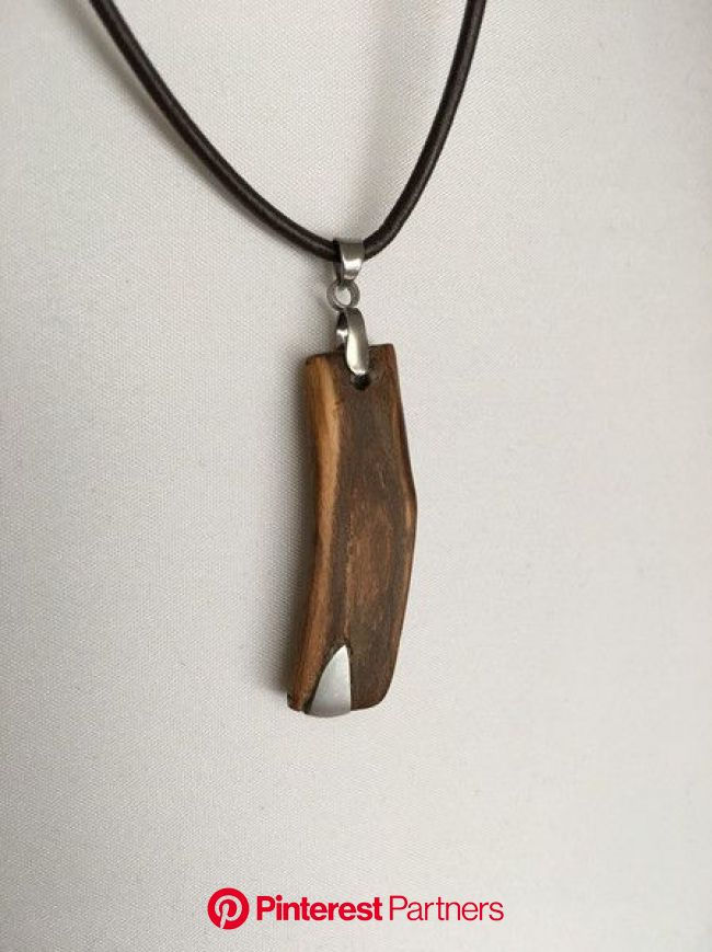 Ketten mittellang - Kettenanhänger Holz und Metalleinlage an Lederband - ein Designerstück von Wurzelkoenigin bei DaW… | Holzschmuck, Halskette holz,