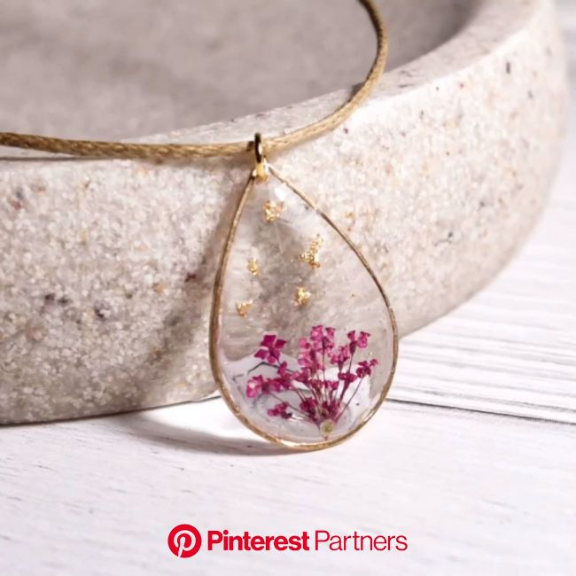 Real flower necklace DIY [Video]   Resin jewelry diy, Flower resin jewelry, Resin jewelry making