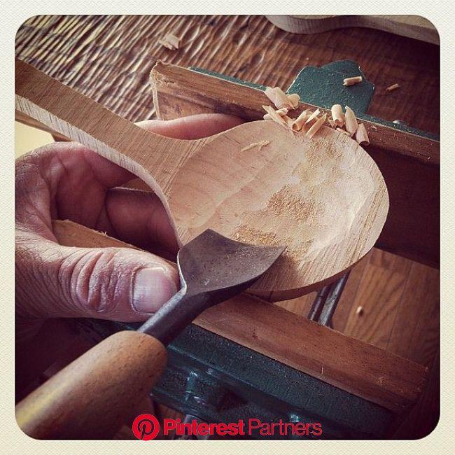 大きいスプーンを削る時は、力も強くかかるので、万力で固定したりします。 | Wooden spoon carving, Wooden spoons, Carved spoons