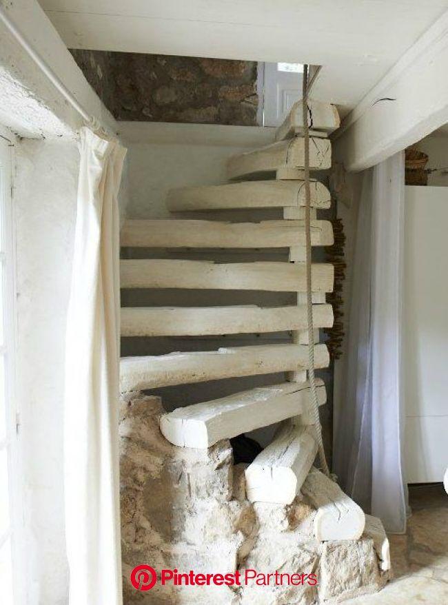Une maison blanche en Provence | Grange rénovée, Escalier rustique, Maison de grange